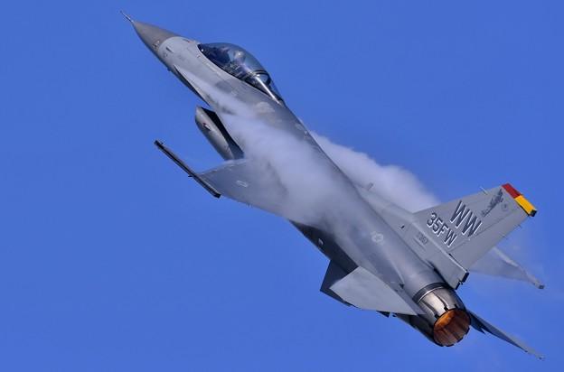 パイロットのパンチさんも見えるデモストレーションチームF-16