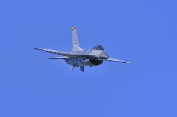 一気に急降下するデモストレーションチームF-16