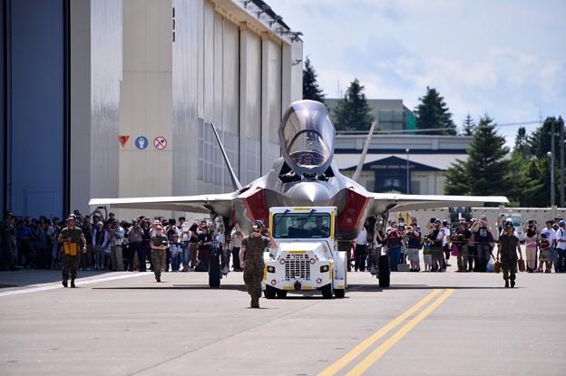 雨も上がって外の地上展示へ移動するF-35ステルス戦闘機