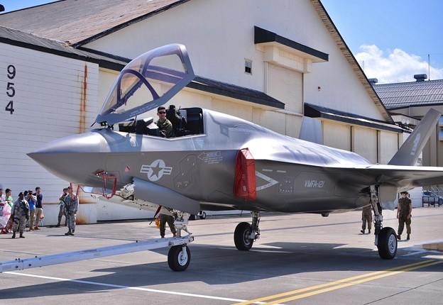 間近で移動する岩国のステルス戦闘機F-35B