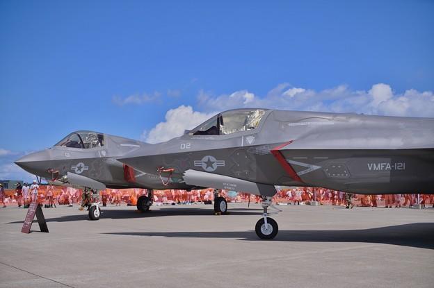 三沢の青空に2機のステルス戦闘機F-35B