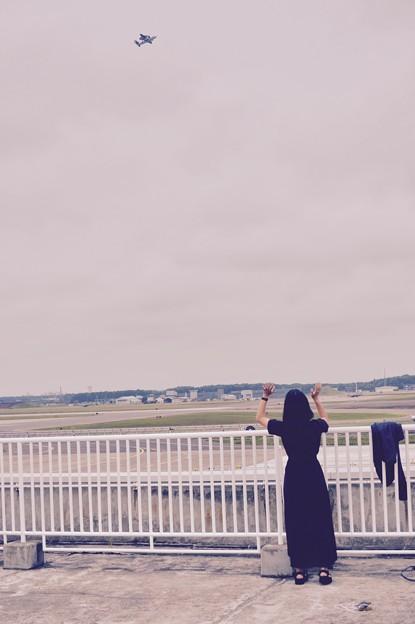 自衛隊ファンの女子。。航空機飛んで手を振って
