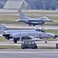 写真: 三沢空港。。ケロヨンファントムと米空軍F-16