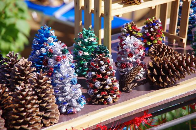 巾着田のお土産品。。大きな松ぼっくりで作ったクリスマスツリー 20170918