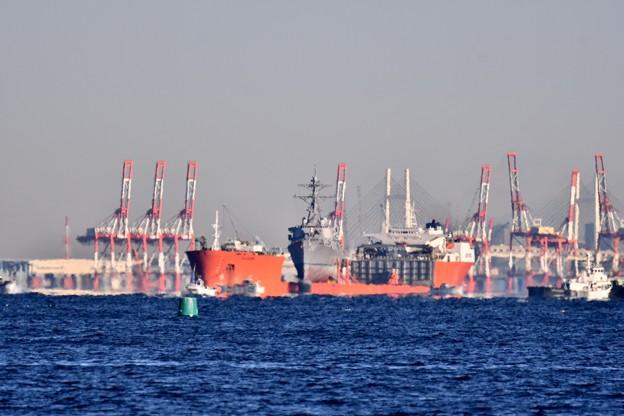 撮って出し。。衝突事故から修理へ米海軍駆逐艦マケイン 出航待ち 12月9日