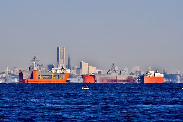 撮って出し。。横浜の風景と修理の為出航待つドック船2隻 12月9日
