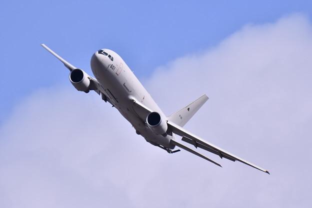 空中給油デモ終えて軽く機動飛行の小牧のKC-767