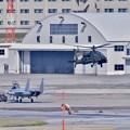 那覇基地 トーイング中のイーグルと陸上自衛隊ヘリコブラ 20171122