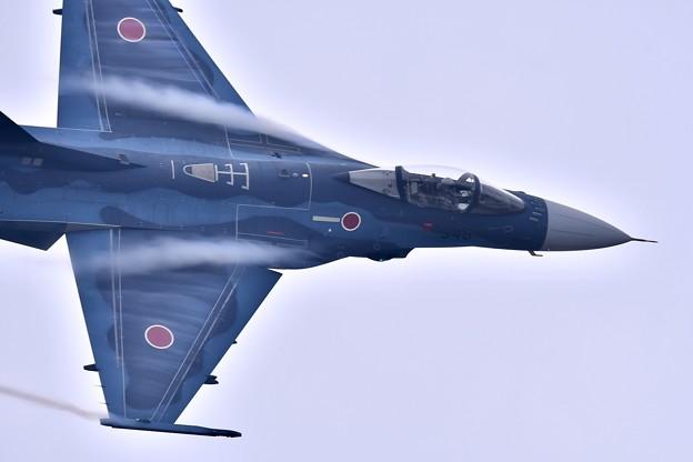 築城基地航空祭。。ベイパー出しながら旋回して駆け抜けてF-2戦闘機 機動飛行