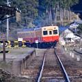 写真: 小湊鉄道月崎駅を出発して。。見送る 20171210