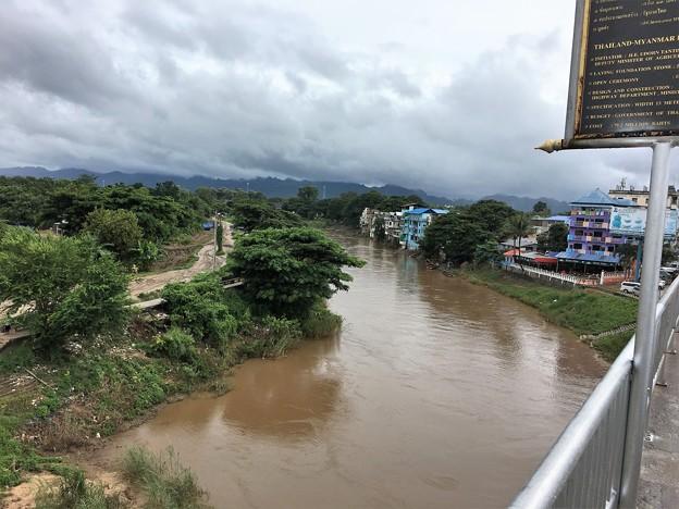 歩いて国境の橋を渡る (2)
