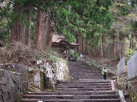 c-110506-124934 神社へ至る階段