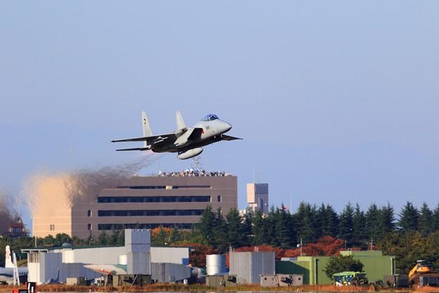 写真: F-15 戦闘機の帰投