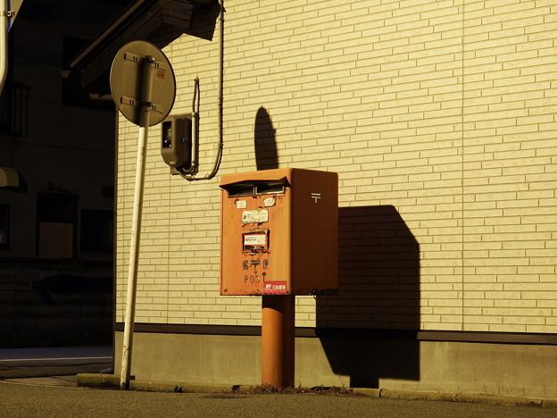 交差点角の郵便ポスト