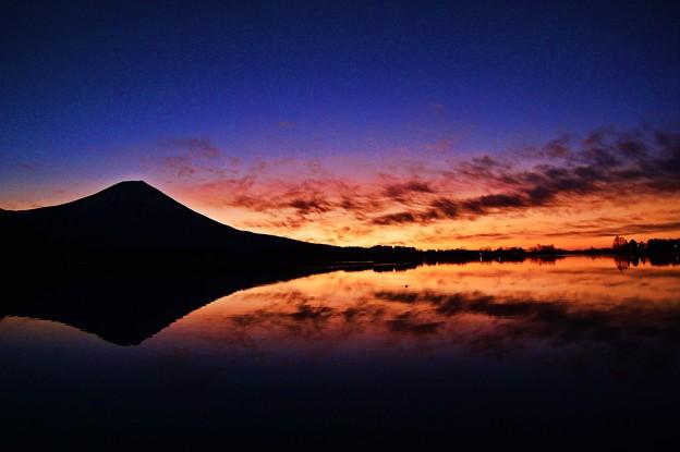 写真: ブルーアワー ~富士水鏡~