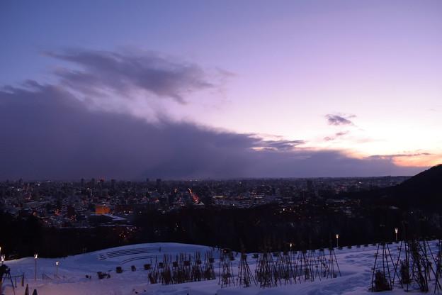 写真: 夜明け前の札幌旭山記念公園