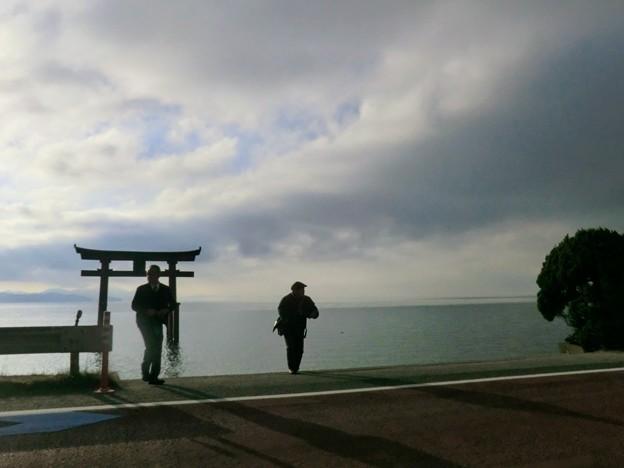湖西に鳥居が立つ「白鬚神社」