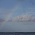 海に昇る虹