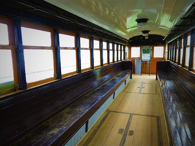 写真: 江ノ電車両  タンコロ車内