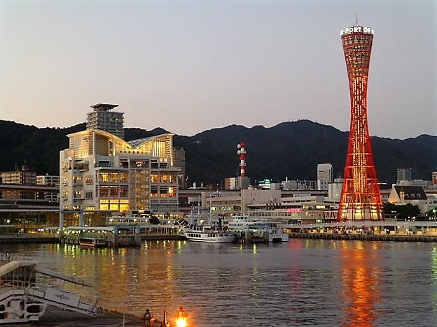 中突堤に佇む 神戸ポートタワー
