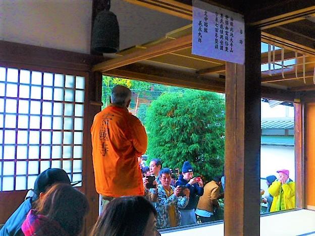 大勢の観光客で賑わう安国寺