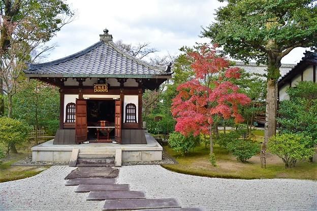 境内の御堂と紅葉