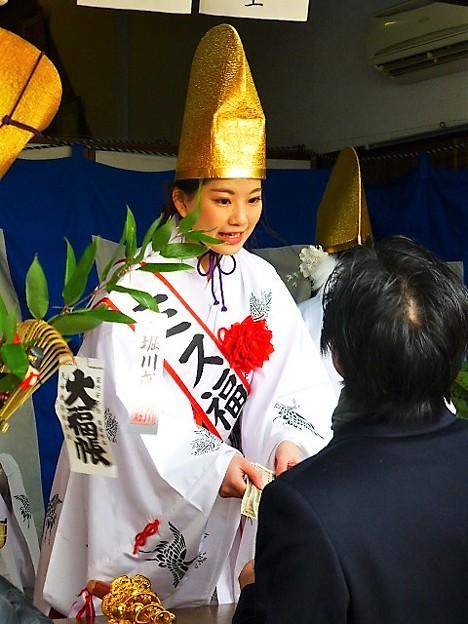 Photos: 福娘が福笹授与にあたる