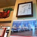写真: 店内には数々のサイン