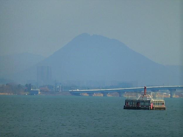 三上山(近江富士)と近江大橋