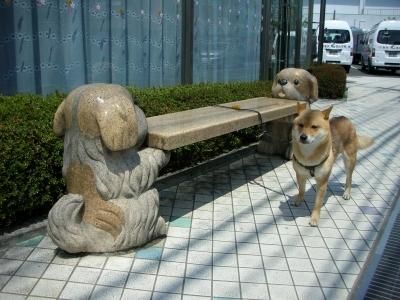 ワンちゃんが支えるベンチ