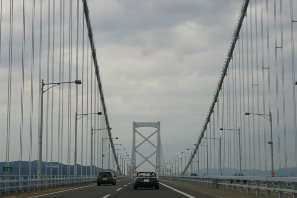 大鳴門橋を淡路島に向かって渡る