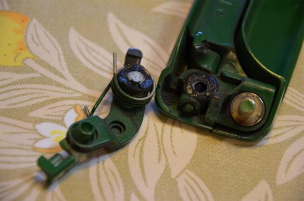 ロックを開くレバーの軸が折れてしまっている