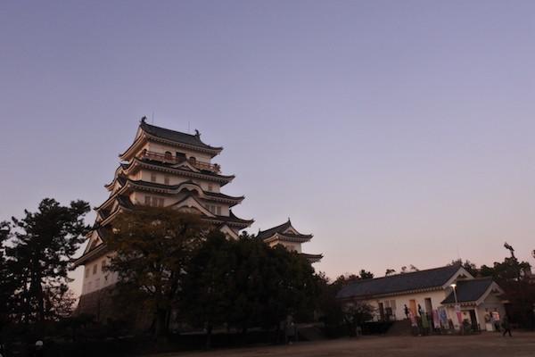 夕日が当たる福山城を散歩