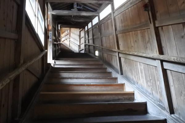 木造のいい感じの階段を降りて、露天風呂へ