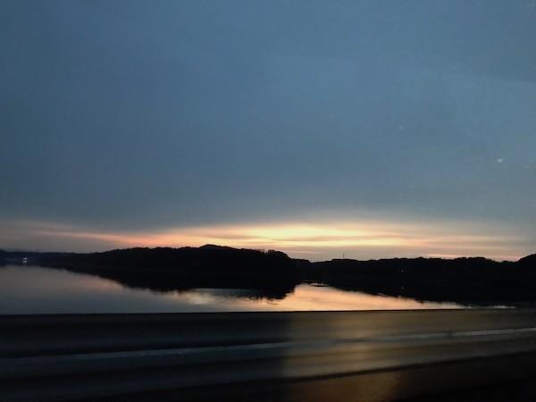 朝日で輝く浜名湖を超えて