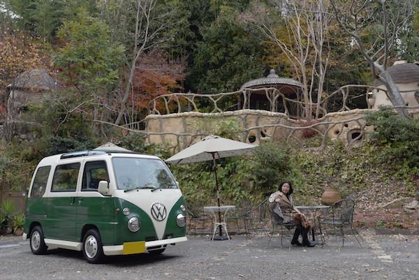 ぬくもりの森の中のミニバスと家内