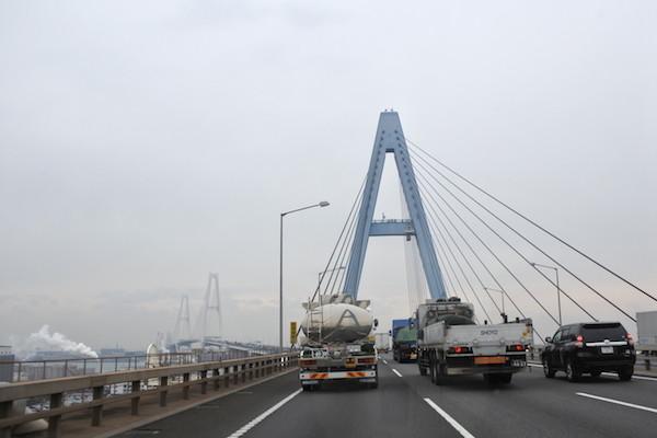 伊勢湾岸道には大きなハープ橋がいくつも連なる