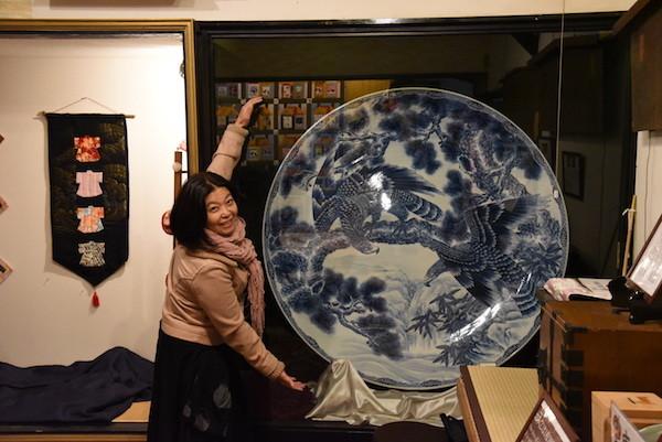 大きな絵皿! 他にも江戸時代からの品がたくさん展示してあります。