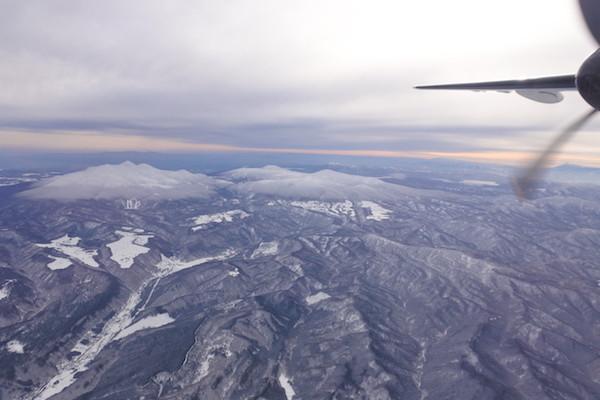 八甲田連峰と十和田湖を上空から眺め、