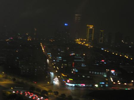 ホテルの21階から夜景をのぞむ