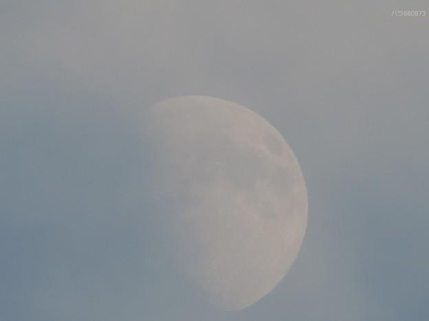 雲の中に入って行ってしまうお月様です