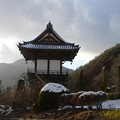 写真: 雪舞くる山門
