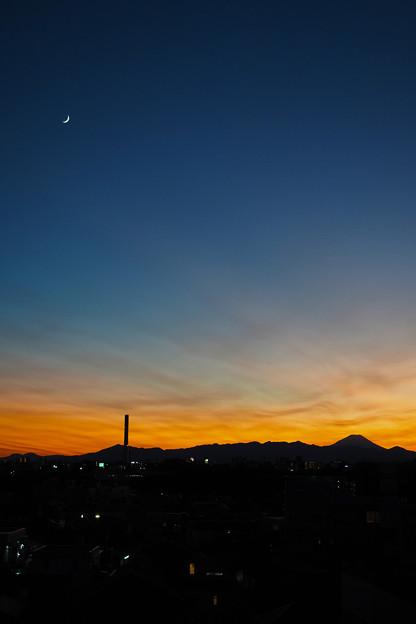 写真: 月と富士山