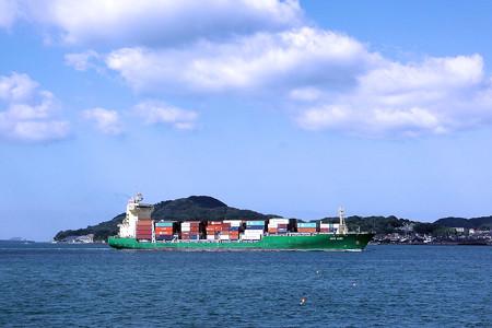 関門海峡を航行する貨物船(門司)