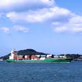 写真: 関門海峡を航行する貨物船(門司)